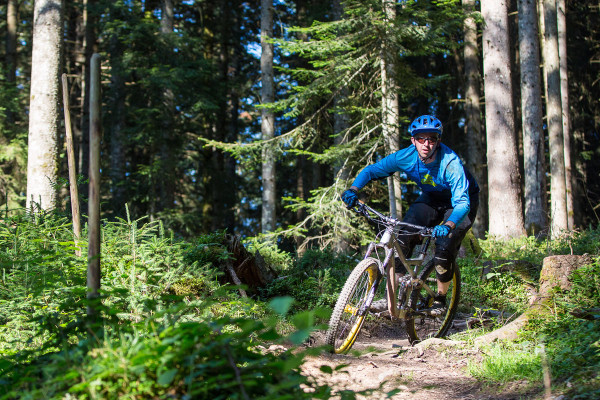 Rose-Bikes_Pikes-Peak_aluminum-prototype_test-sled_Enduro-mountain-bike_adjustable-geometry-progression_forest-test-ride_photo-by-Irmo-Keizer
