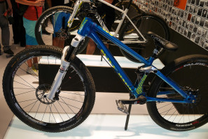 Canyon_Stitched-720_aluminum-100mm-full-suspension-singlespeed-slopestyle-mountain-bike_Henke-team-complete