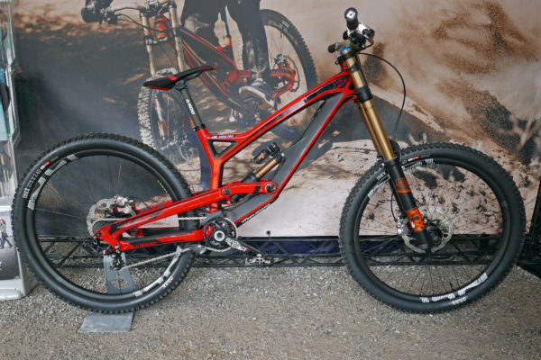 YT-Industries_Tues-CF-Pro_Aaron-Gwin_carbon-pro-DH-downhill-mountain-bike_complete-b-bike