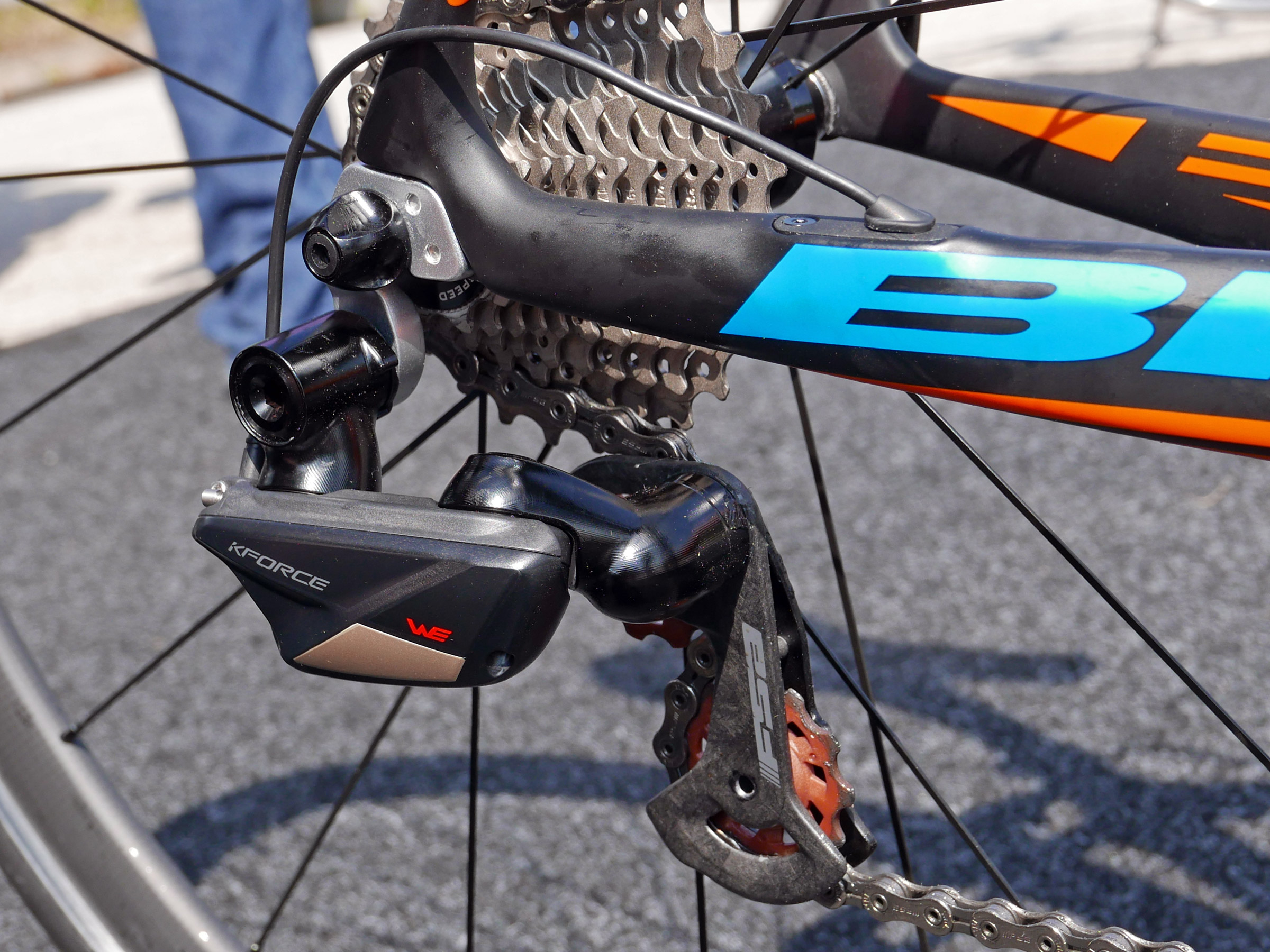FSA_K-Force-WE_wireless-electronic-road-drivetrain-component-group_dual-pivot-brakes_rear-derailleur-detail