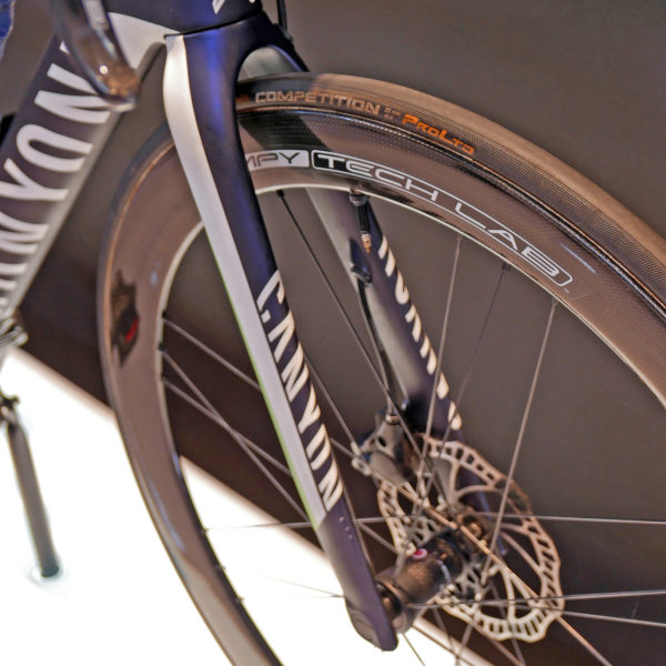 canyon_aeroad-cf-slx-disc_carbon-lightweight-disc-brake-aero-aerodynamic-road-race-bike_movistar-pro-team_fork-legs