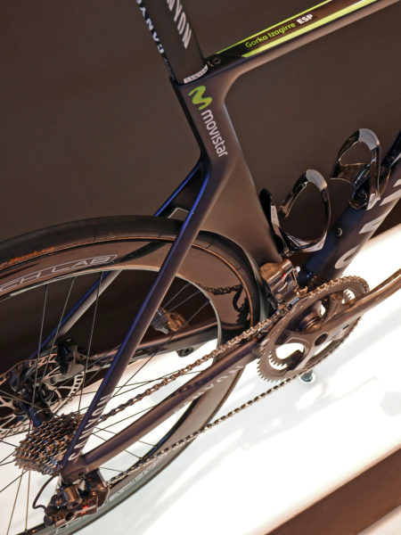 canyon_aeroad-cf-slx-disc_carbon-lightweight-disc-brake-aero-aerodynamic-road-race-bike_movistar-pro-team_rear-wheel-cutout