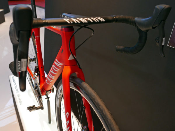 canyon_ultimate-cf-slx-disc_carbon-all-around-lightweight-disc-brake-road-race-bike_katusha-pro-team_cocpit