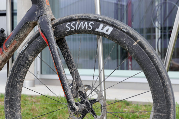 dtswiss_erc-1100_aero-wide-carbon-endurance-road-tubeless-clincher-wheelset_front-wheel-dirty-tubeless