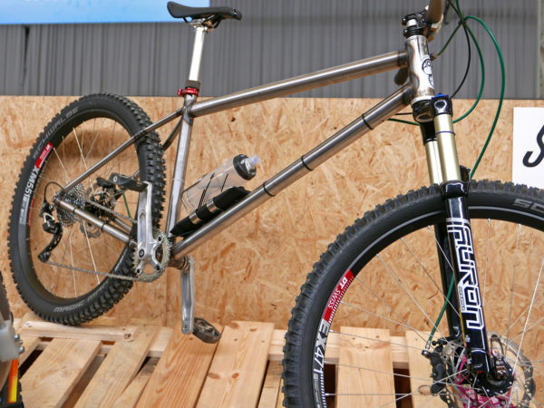 selberbruzzler_podenco-cycles_fr-dh-hardtail_amateur-framebuilder-collective_aggressive-all-mountain-trail-mountain-bike_driveside