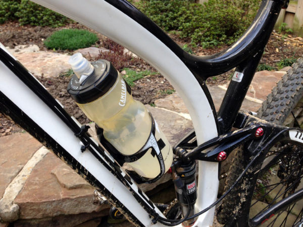 shimano-pro-carbon-fiber-water-bottle-cage-review02