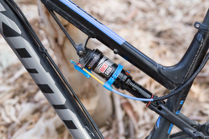 Killswitch automatic shock lockout activated by dropper seatpost