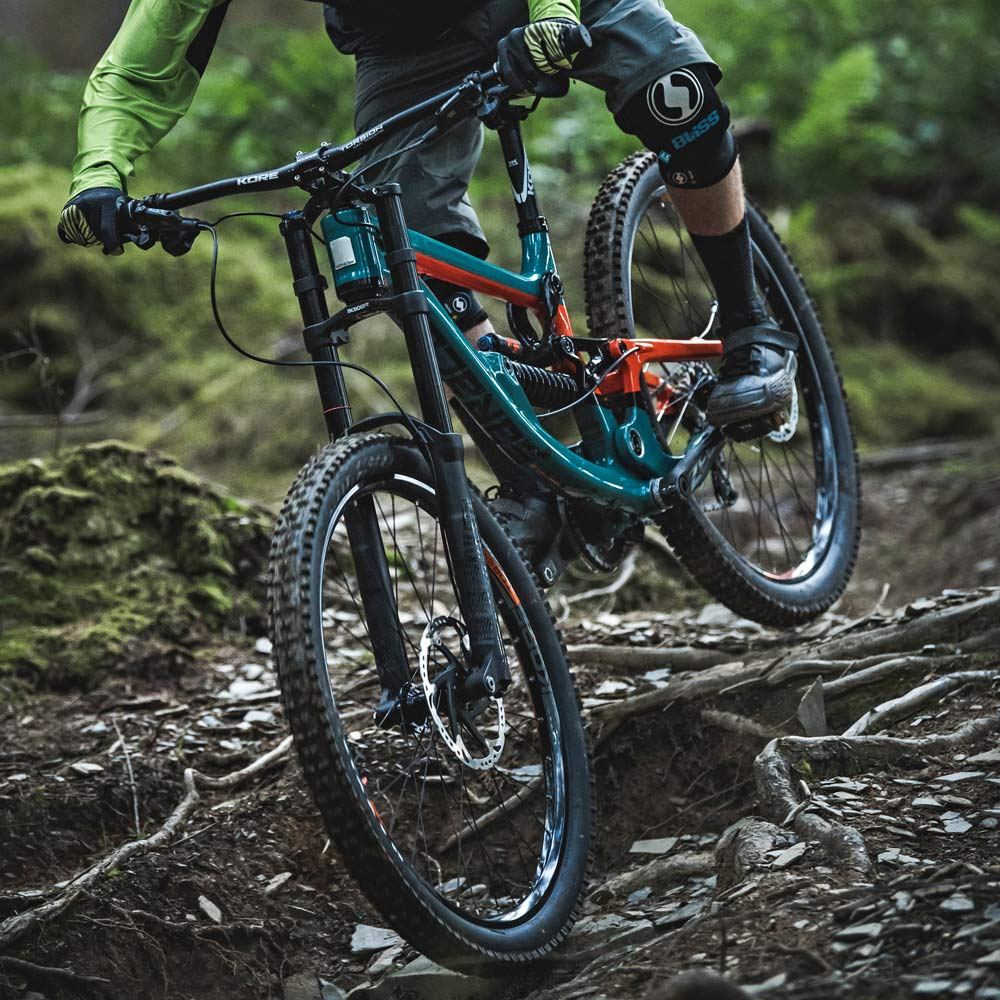 Saracen Myst Pro carbon 203mm DH downhill race mountain bike rooty DH
