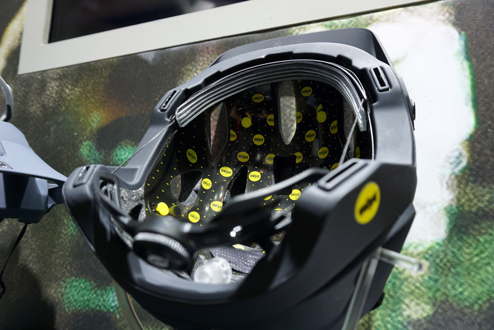 2019 Oakley DRT5 trail mountain bike helmet uses the BOA dial retention and MIPS rotational safety system