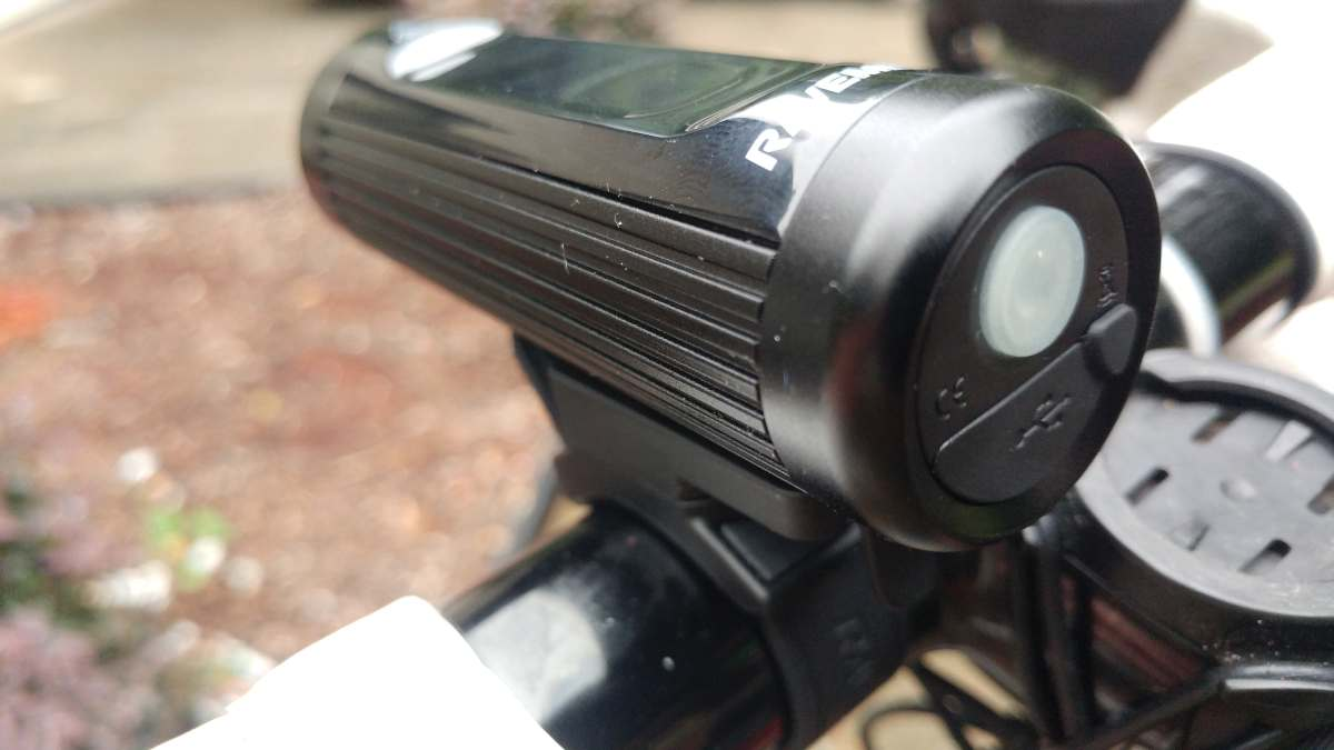 Ravemen CR900 bicycle headlight review of features specs and beam pattern that won't blind oncoming riders cyclists runners and drivers