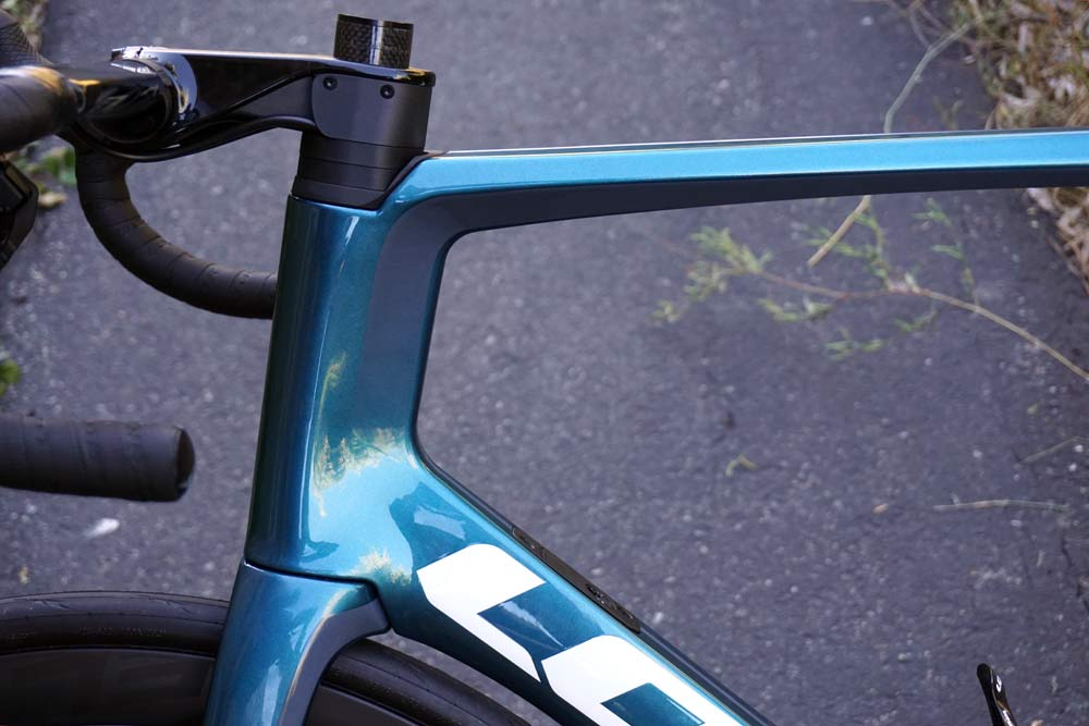 2019 Look Blade RS aero road bike uses an integrated yet standard stem and frame design to hide the cables