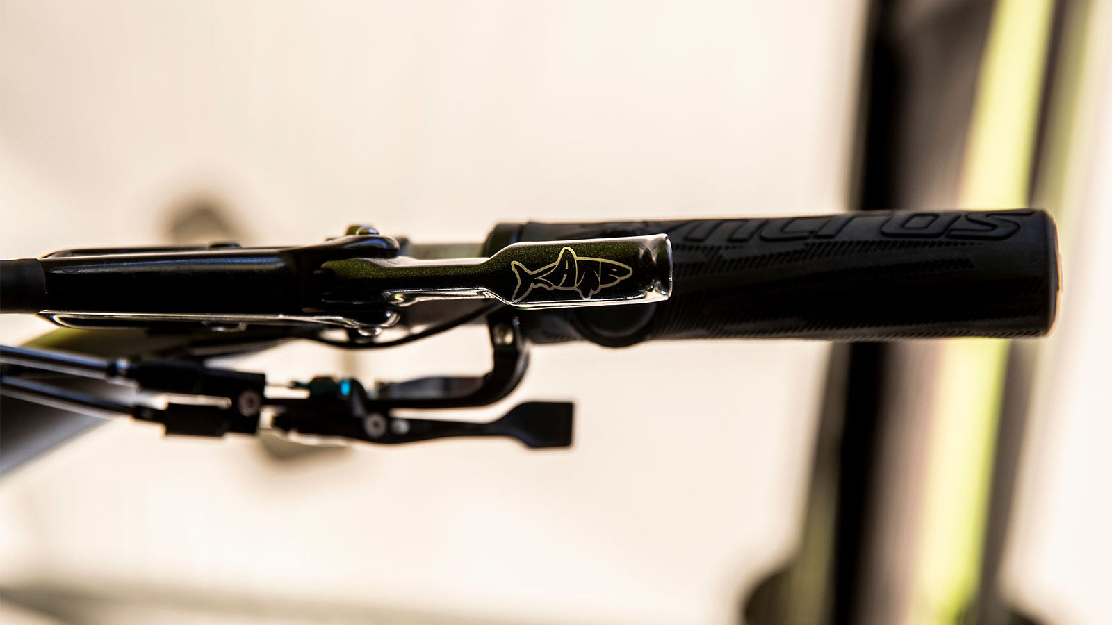 how does kate courtney hide her rockshox reverb remote blip button inside her grips