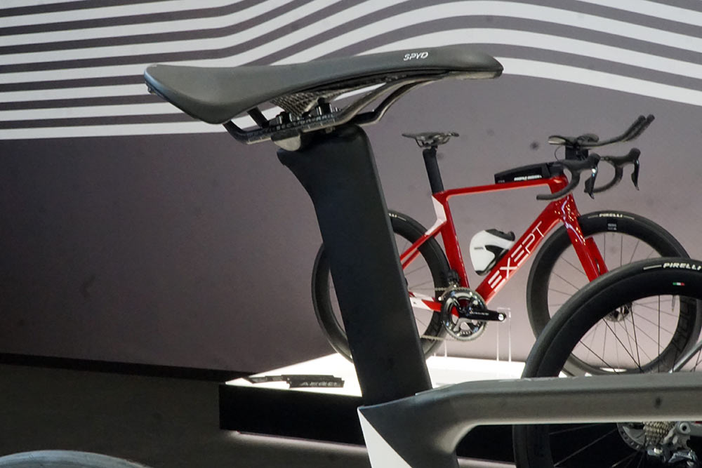 exept reversible seatpost lets the same post work for road and triathlon bikes