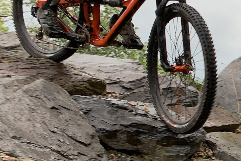 review of the onza aquila enduro mountain bike tire with tread pattern designed by aaron gwin