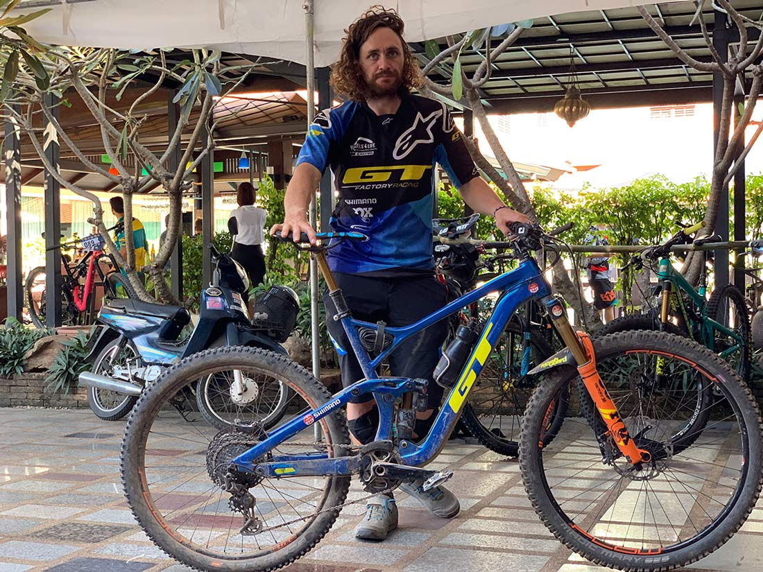 what brand mountain bike does wyn masters ride