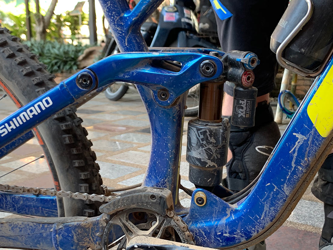 does wyn masters use a chain guide for his enduro race mountain bike