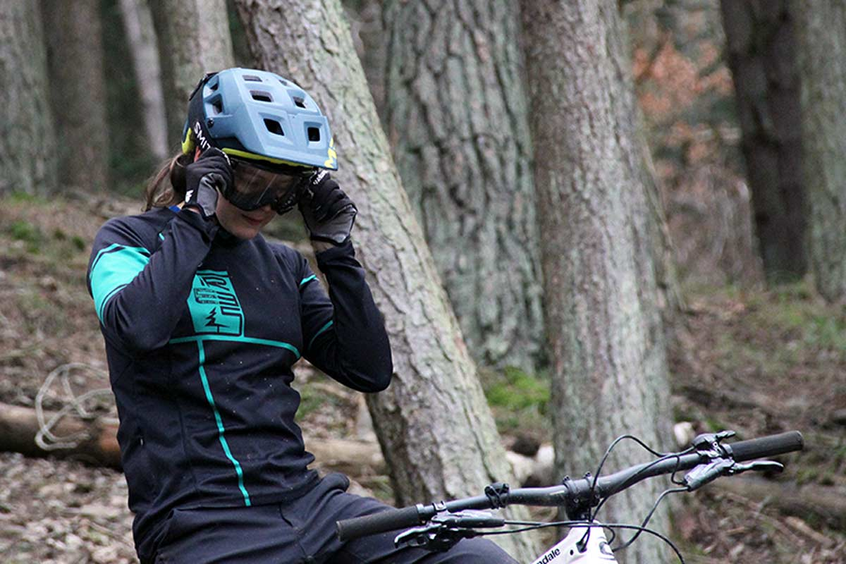mtb-helmet-that-fits-smith-squad-goggles