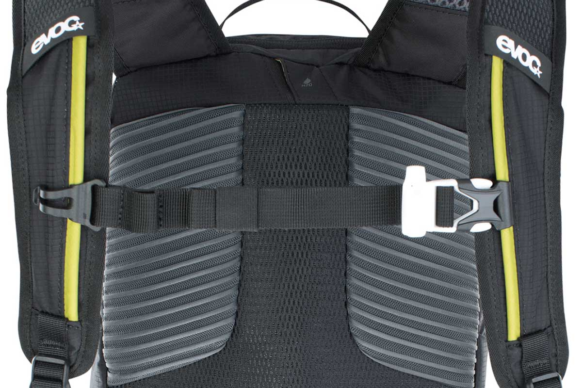 mtb pack with integrated whistle emergencies