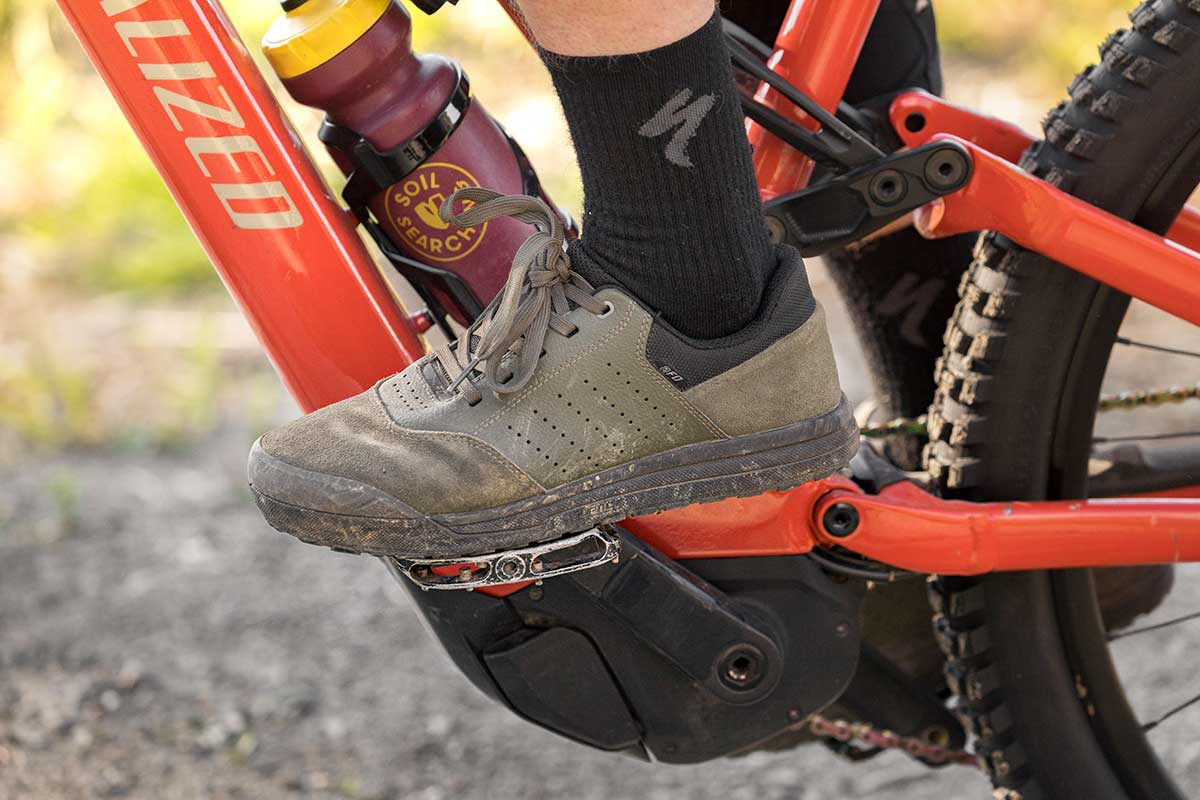 flat mountain bike shoes specialized 2fo roost 3rd gen super tacky rubber lock-in pins grip
