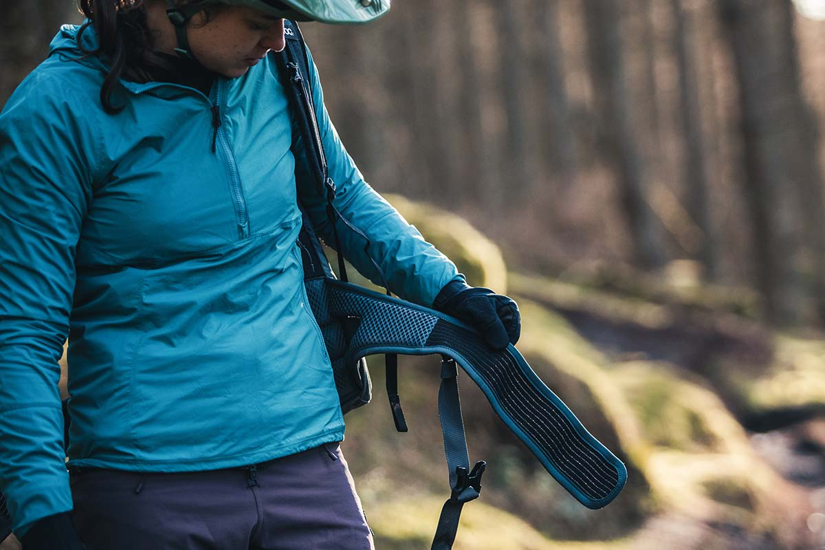 evoc trail pro back protection pack review waist strap velcro wrap around body hugging